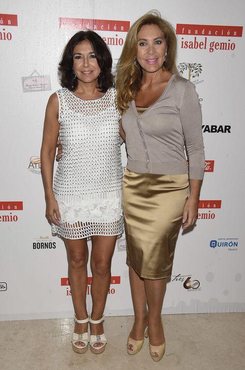Foto: Rocío Carrasco y Norma Duval saltan la hoguera en la fiesta de Isabel Gemio