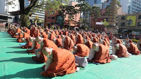 Ceremonia de ordenación budista y labores de desinfección en Seúl: el día en fotos