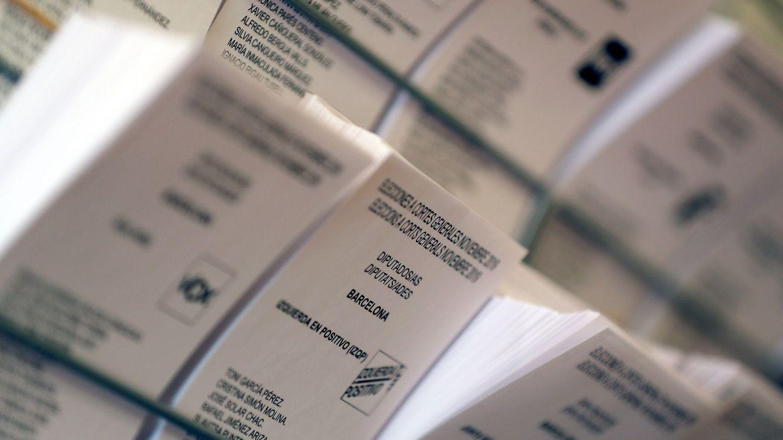 Detalle de papeletas electorales en el Colegio Francesc Maciá de Barcelona. (EFE)