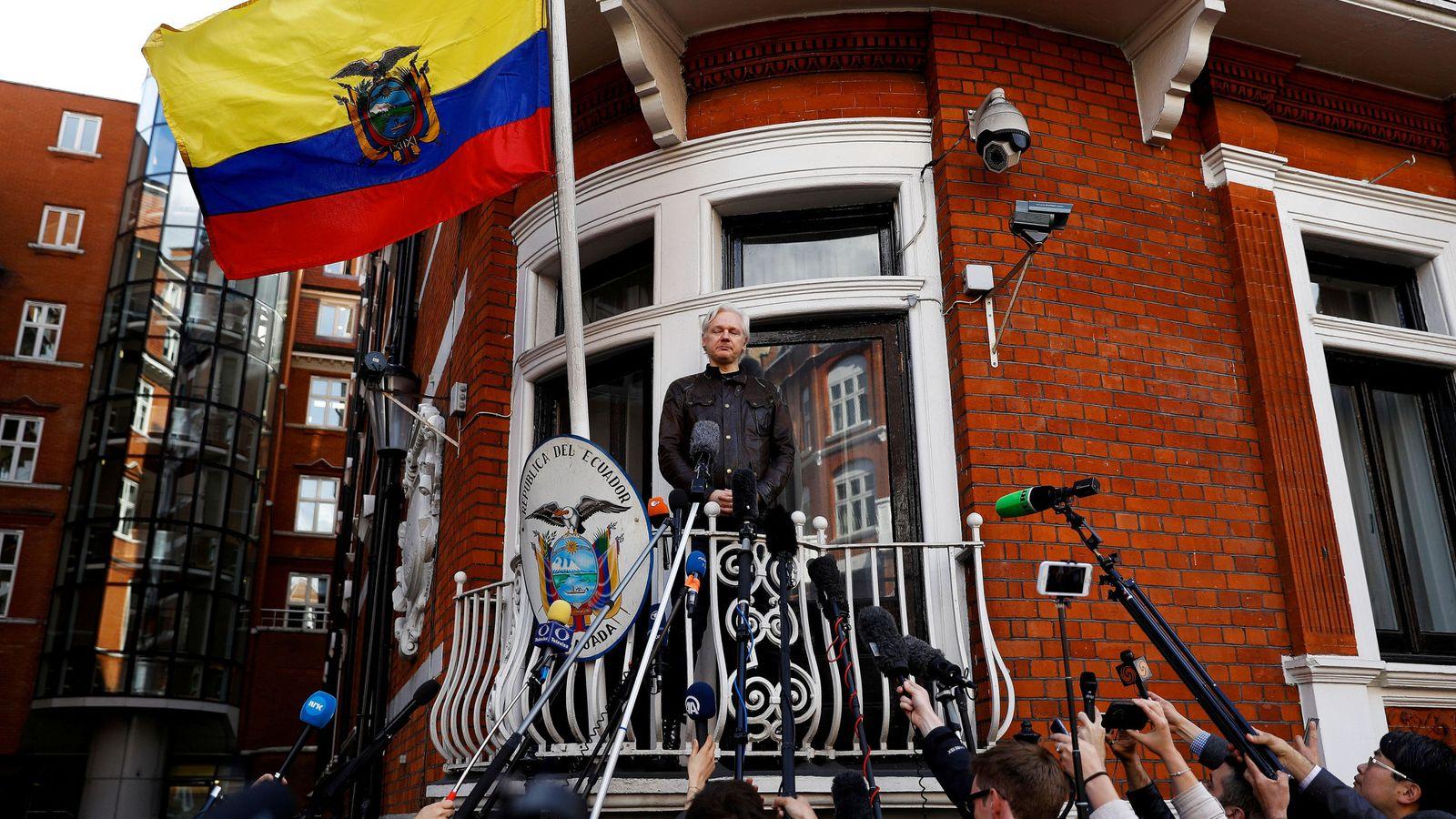 Foto: Julian Assange en el balcón de la embajada ecuatoriana en Londres, en mayo de 2017. (Reuters)