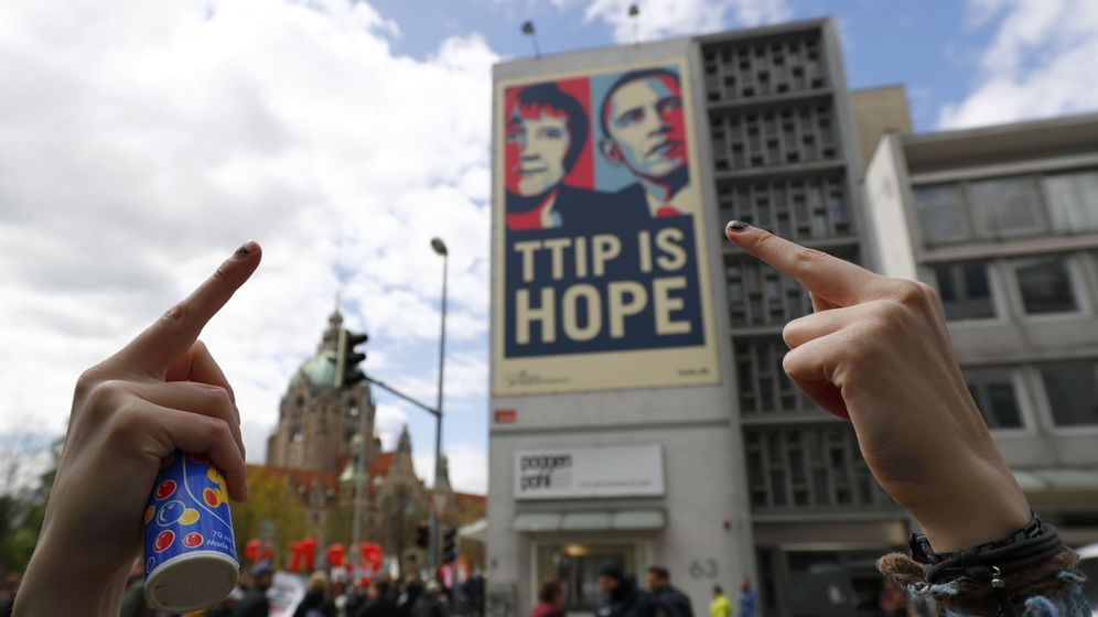 Foto: Un manifestante expresa su rechazo durante una manifestación contra el TTIP en Hannover, Alemania, el 23 de abril de 2016 (Reuters)