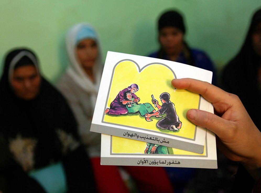 Foto: Clases de educación contra la mutilación genital femenina en Minia, Egipto, en junio de 2006. (Reuters)