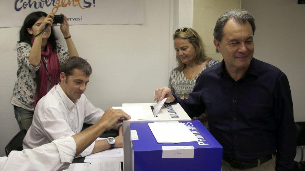 Foto: El presidente de CDC, Artur Mas, junto su esposa, Helena Rakòsnik, votando en las primarias de Convergència Democràtica de Catalunya. (EFE)