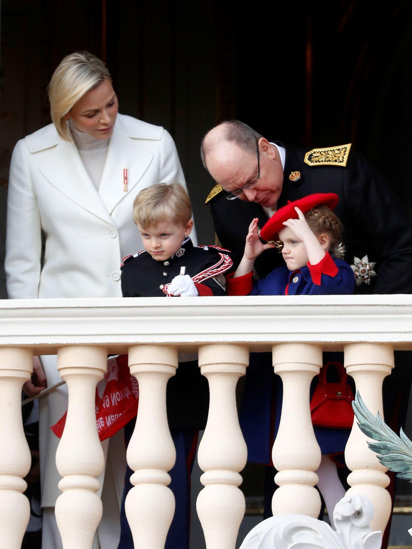 Alberto y Charléne de Mónaco con sus hijos en las celebraciones del Día Nacional. (Reuters)