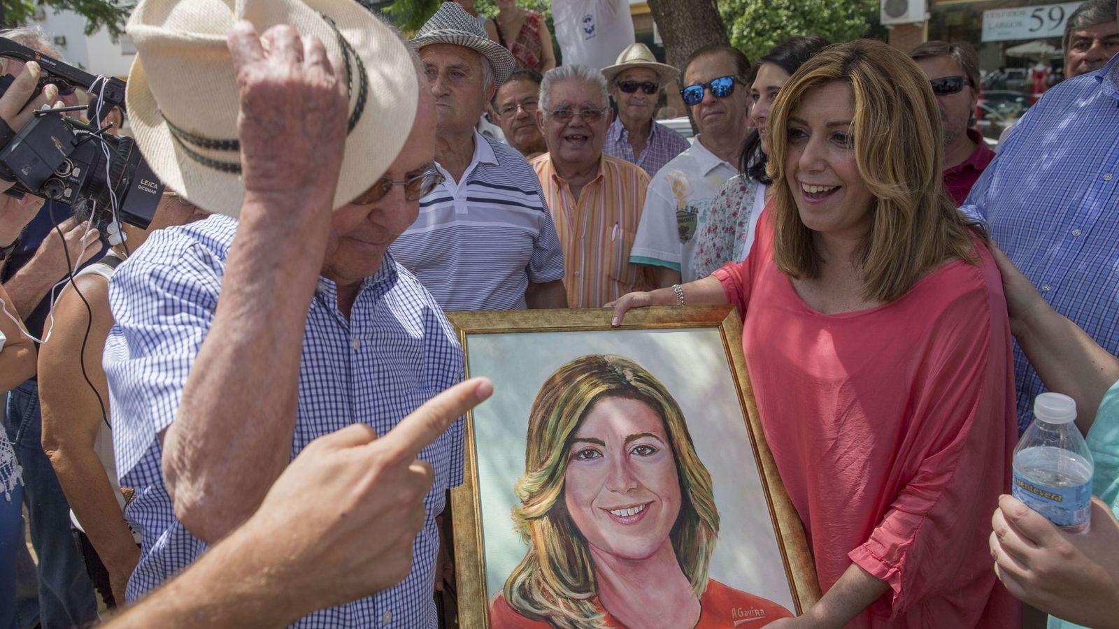 Foto: Susana Díaz en un paseo electoral por Carmona. (EFE)