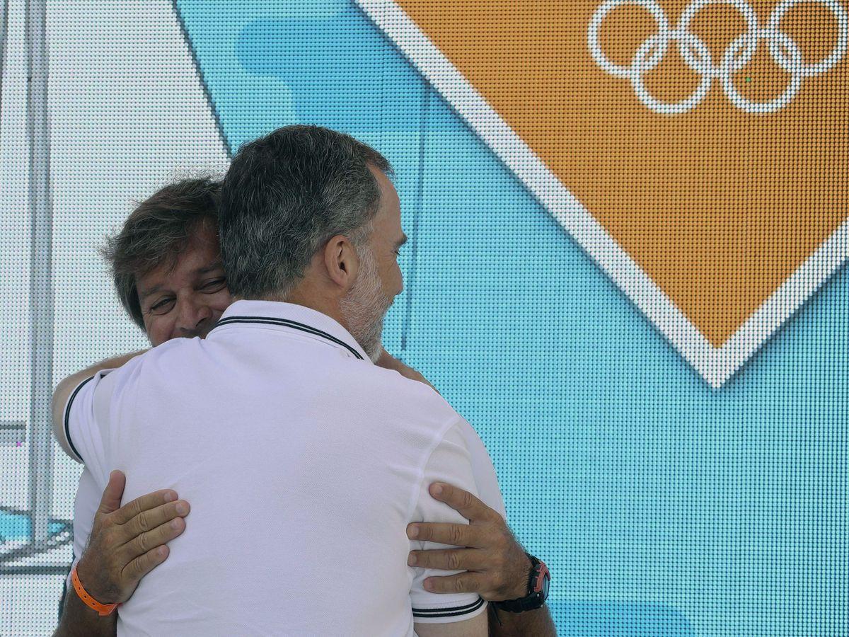 Foto: El Rey, abrazando a su amigo Fernando León. (EFE)