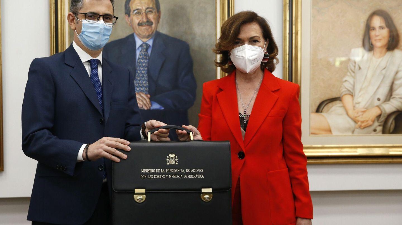 Félix Bolaños, con Carmen Calvo. (EFE)