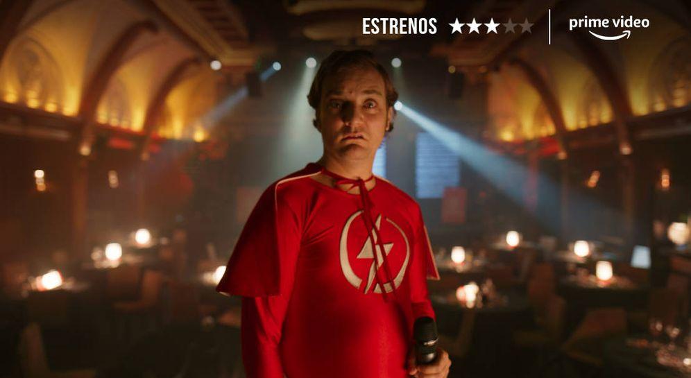 Foto: Pol López, vestido de 'Rayito' en una de las historias lamentables de Fesser. (Amazon Prime Video)