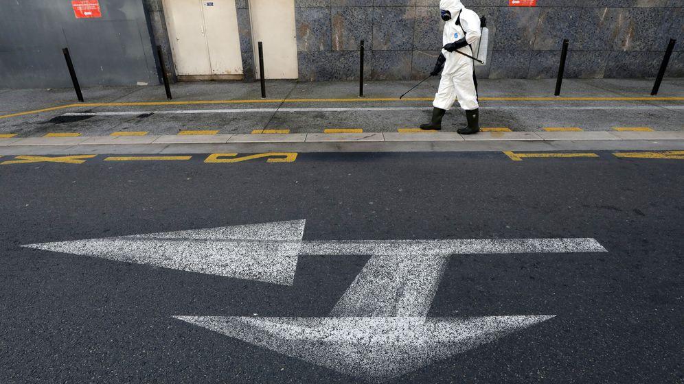 Foto: Un operario, desinfectando una calle en Niza, Francia. (Reuters)