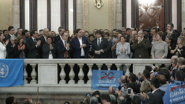Carles Puigdemont (c) junto a Oriol Junqueras y Carme Forcadell en el Parlament. (EFE)