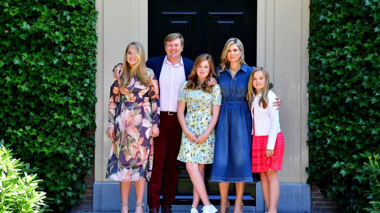 Los reyes de Holanda y sus tres hijas, en su tradicional posado de verano. (Reuters)