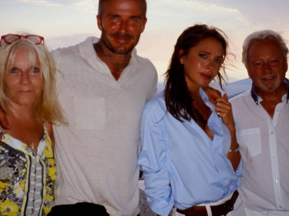 Foto: David y Victoria Beckham, al lado de los padres de la diseñadora. (Instagram @victoriabeckham)