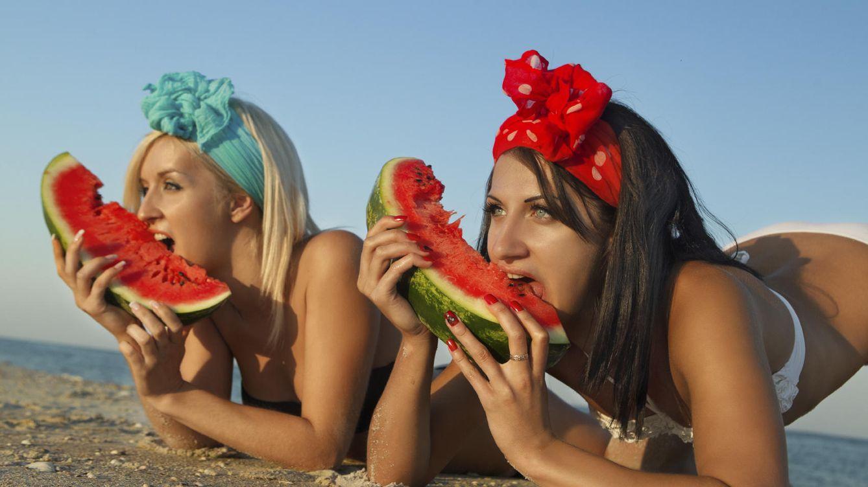 Foto: No tienes por qué fliparte a la orilla del mar comiendo sandía con arena. Solo trata de cuidar tu alimentación veraniega. (iStock)