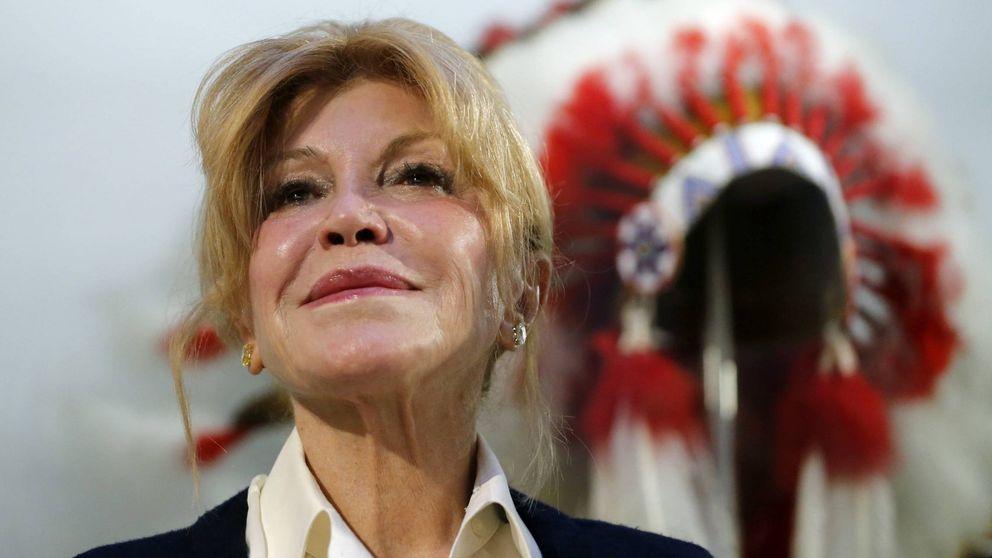 La baronesa Thyssen se deshace de un tocado de plumas que le regaló su marido