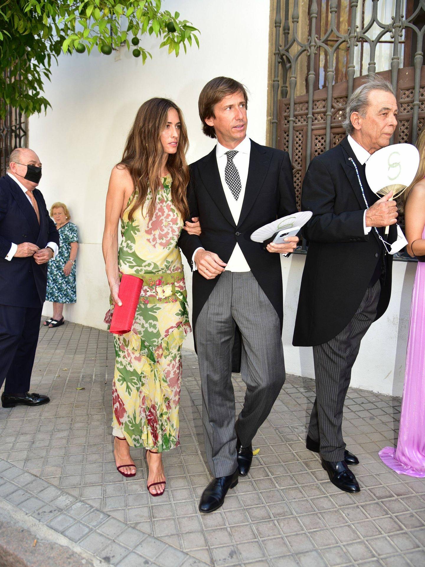Amelia Millán y Felipe Cortina, en la entrada de la iglesia. (CP)