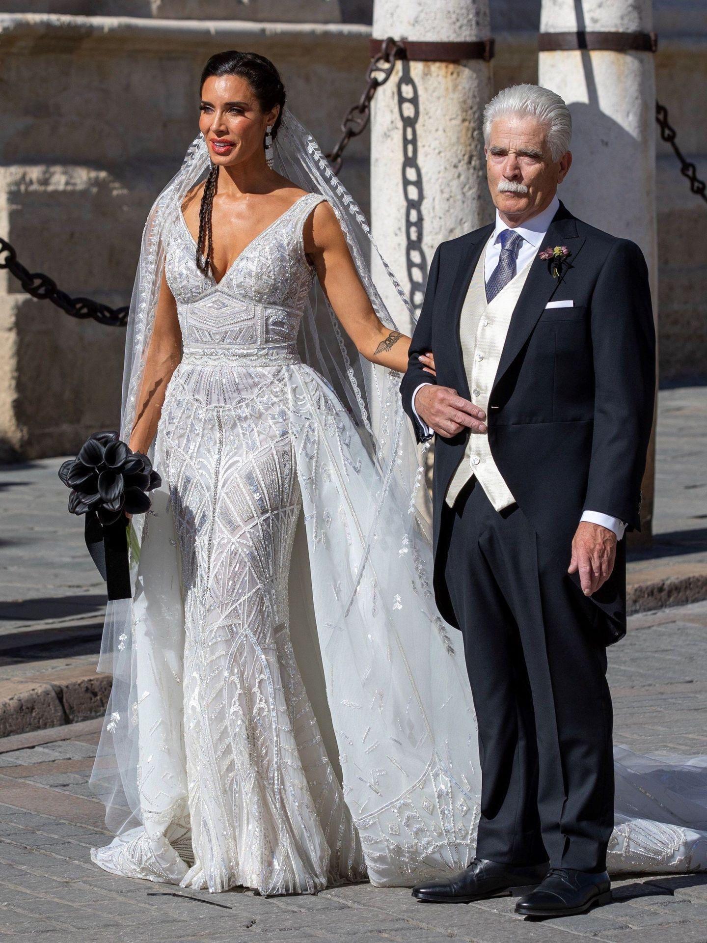 Pilar Rubio, junto a su padre, a su llegada a la Catedral de Sevilla. (EFE)