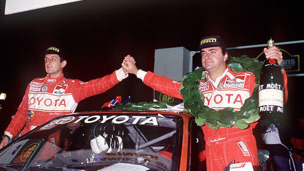 Foto: Luis Moya (i), junto a Carlos Sainz tras ganar uno de los dos Mundiales que consiguieron.