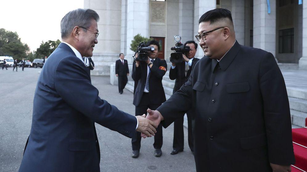 Foto: El líder norcoreano Kim Jong-un (d) saluda al presidente surcoreano Moon Jae-in (i) a su llegada al Gran Teatro de Pyongyang. (EFE)