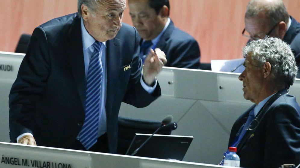 Foto: Joseph Blatter, presidente de la FIFA, habla con Ángel María Villar. (EFE)