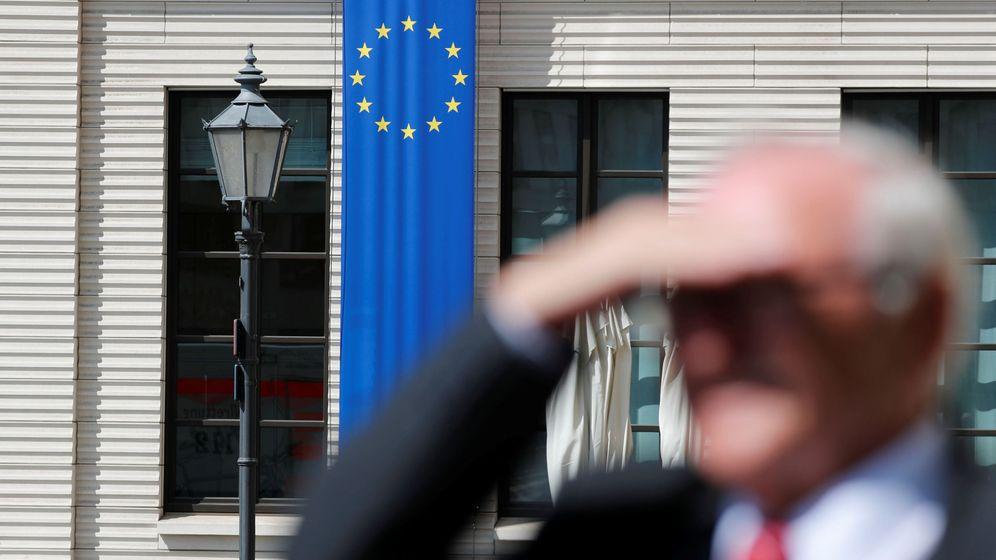 Foto: Un hombre con la bandera de la Unión Europea detrás. (Reuters)