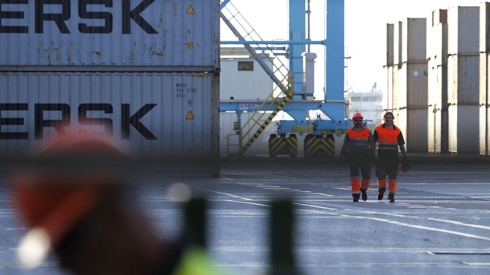 Foto: Dos trabajadores caminan por la terminal del puerto de Algeciras. (EFE)