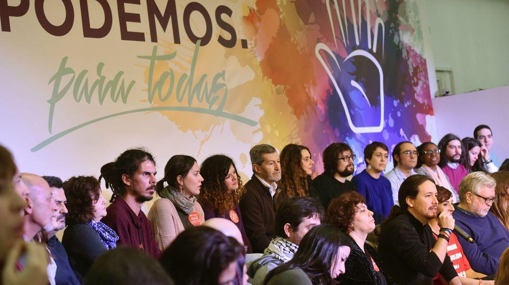 Foto: El secretario general de Podemos, Pablo Iglesias (d, abajo), durante el acto de presentación de su candidatura, 'Podemos para todas'. (EFE)