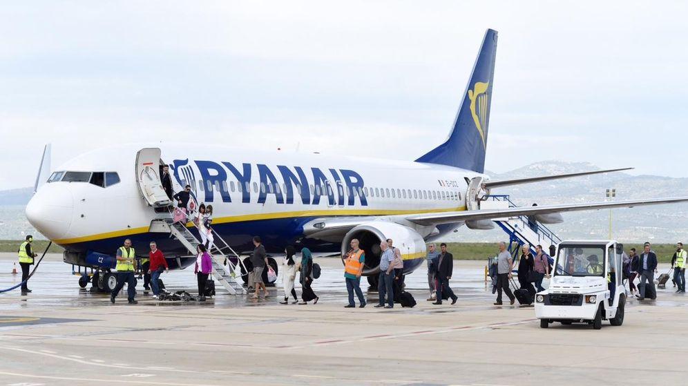 Foto: Aterrizaje del primer vuelo regular en el aeropuerto de Castellón. (EFE)