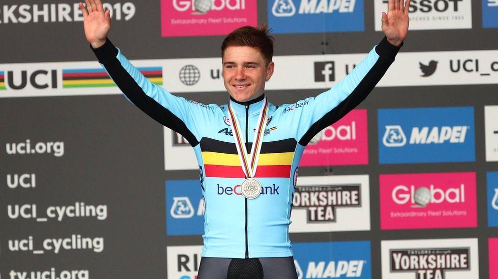 Foto: Remco Evenepoel en el podio de la prueba contrarreloj elite masculina de los Mundiales de Yorkshire. (Foto: UCI)