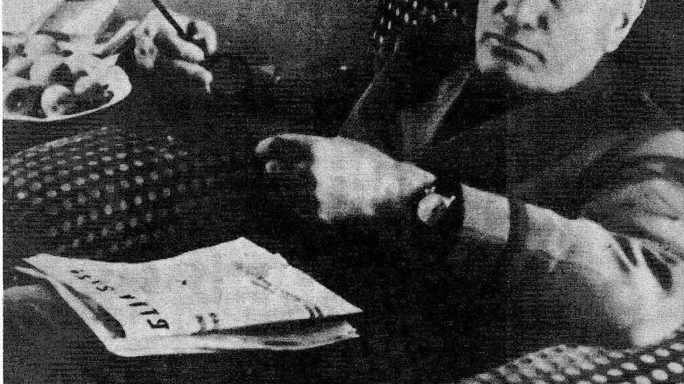 Foto: Mussolini lee el periódico en Villa Feltrinelli en 1945.