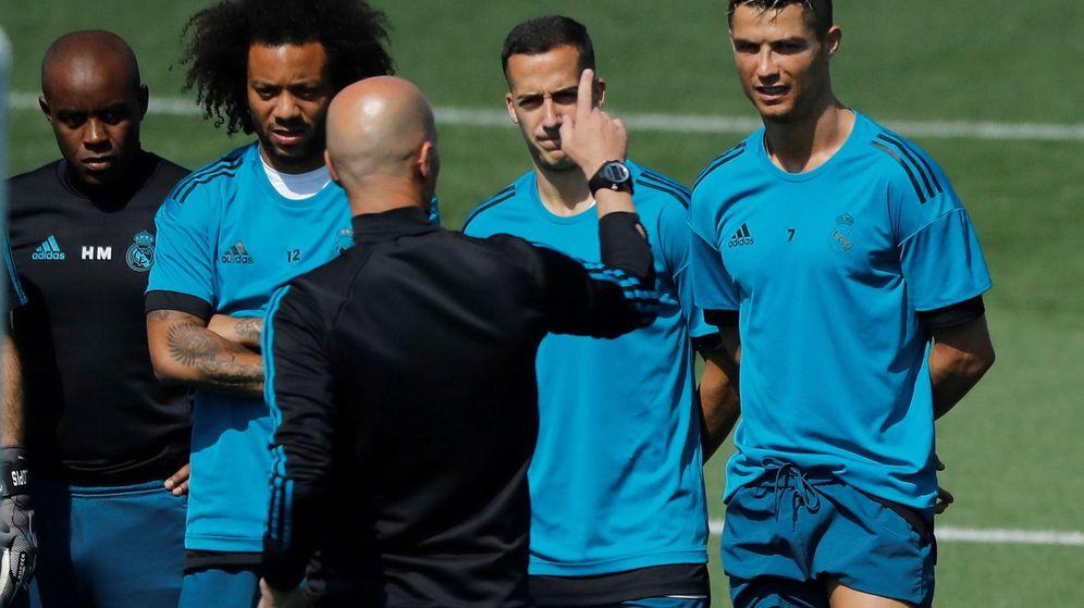 Foto: Zidane (2d, de espaldas) da instrucciones a sus jugadores, Cristiano Ronaldo (d), Lucas Vázquez (2d) y Marcelo Vieira (2i). (EFE)