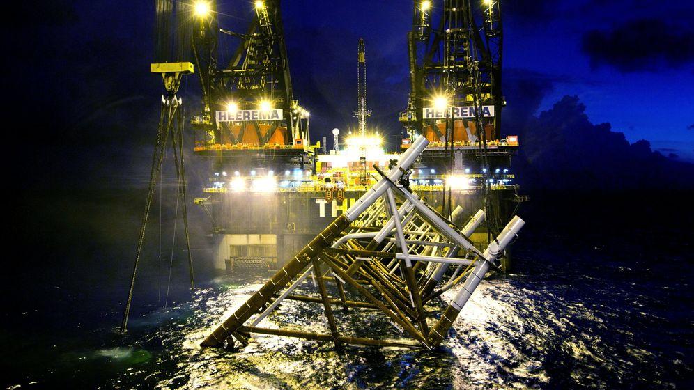 Foto: Plataforma de procesos del proyecto Castor frente a las costas de Vinaròs. (EFE)