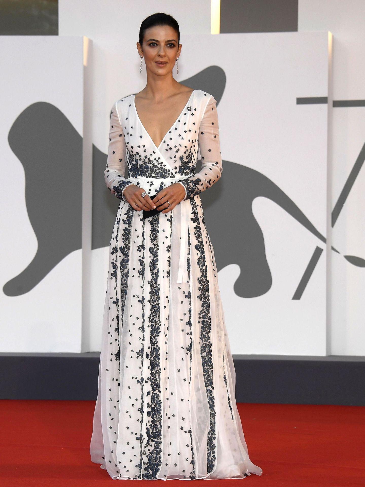 Barbara Ronchi, con vestido blanco semitransparente de Valentino en el estreno de 'Padrenostro'. (EFE)