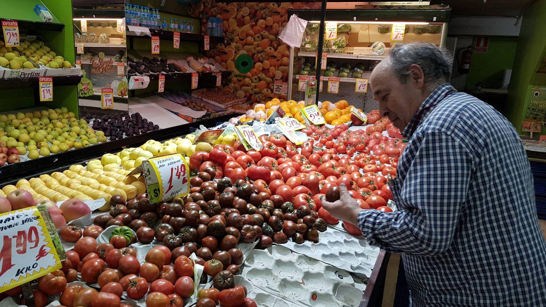 Lorenzo en su frutería (A.P.)