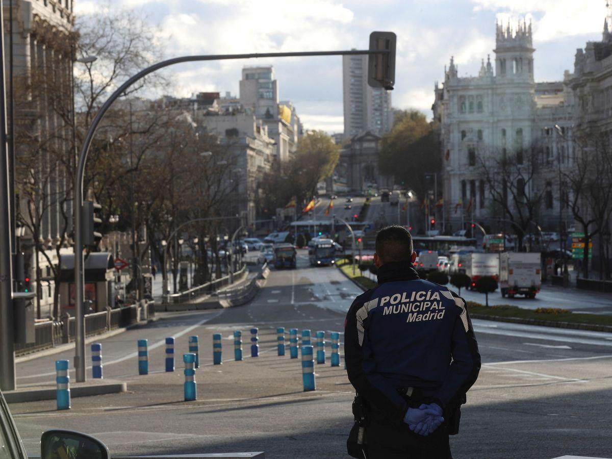 Foto: Un agente de la Policía Municipal de Madrid vigila en la confluencia de las calles Alcalá y Gran Vía el pasado 16 de marzo. (EFE)