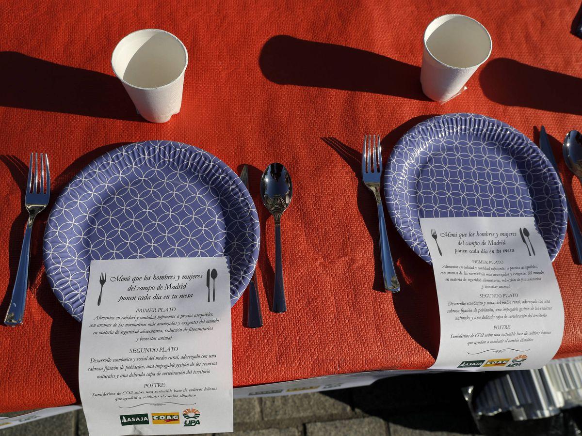 Foto: Dos menús con las reivindicaciones de los ganaderos y agricultores españoles el pasado 5 de febrero. (Reuters)