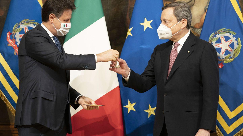 El ex primer ministro italiano Giuseppe Conte y su sucesor, Mario Draghi. (EFE)