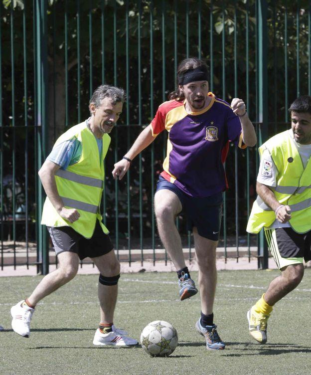 Foto: Pablo Iglesias jugando al fútbol (Efe).