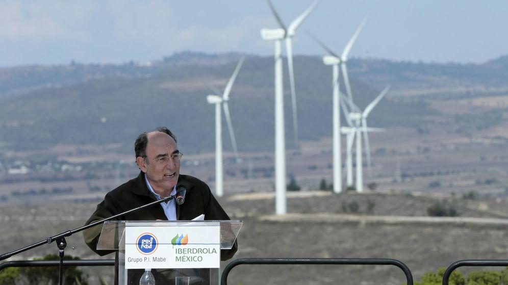 Foto: El presidente de Iberdrola, Ignacio Sánchez Galán, ante un parque eólico. (EFE)