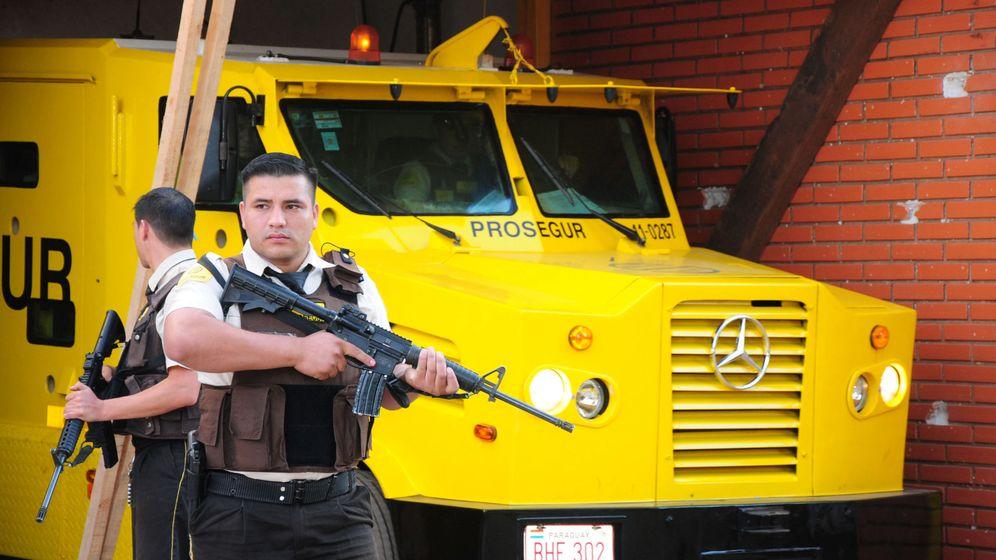 Foto: Personal de seguridad junto a un vehículo de Prosegur, tras el asalto llevado a cabo esta semana en Ciudad del Este, Paraguay. (Reuters)
