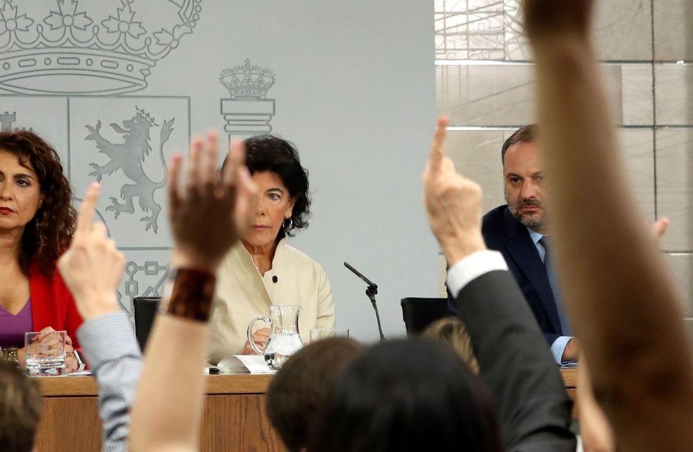 Foto: Isabel Celaá (c), acompañada de María Jesús Montero y José Luis Ábalos, este 13 de julio. (EFE)