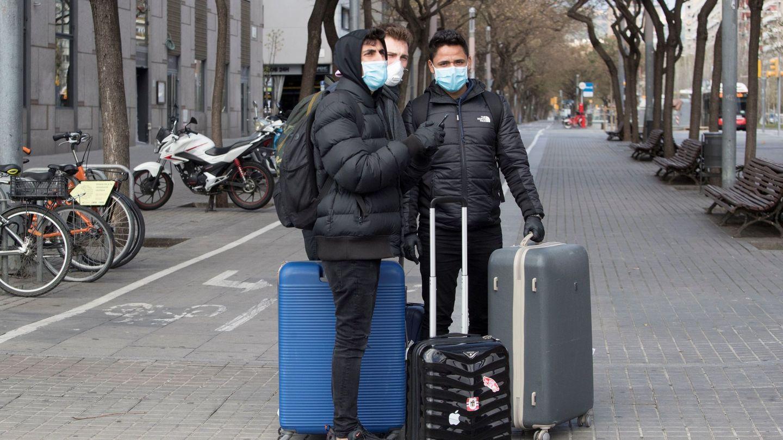 Turistas con mascarilla, en Barcelona. (EFE)