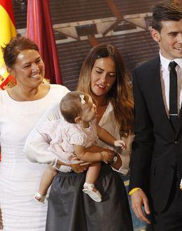 Foto: Gareth Bale y su familia en la presentación como jugador del Real Madrid (I.C.)