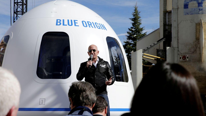 Jeff Bezos, junto a la aeronave New Sheppard, de la empresa Blue Origin. (Reuters)