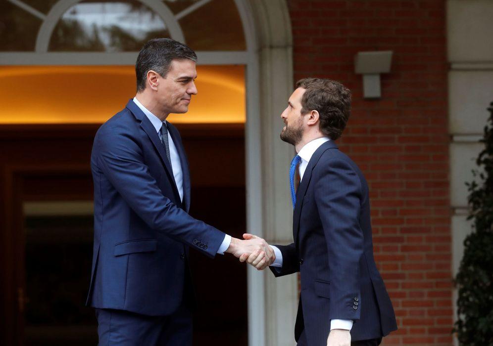 Foto: Pedro Sánchez recibe a Pablo Casado en la Moncloa, este 17 de febrero. (EFE)