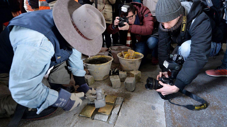 El artista alemán se encarga personalmente de colocar los primeros adoquines en cada ciudad (EFE/Alessandro di Marco)
