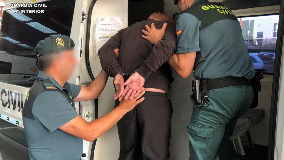 Foto: Guardias Civiles durante operativos en Logroño. (EFE)