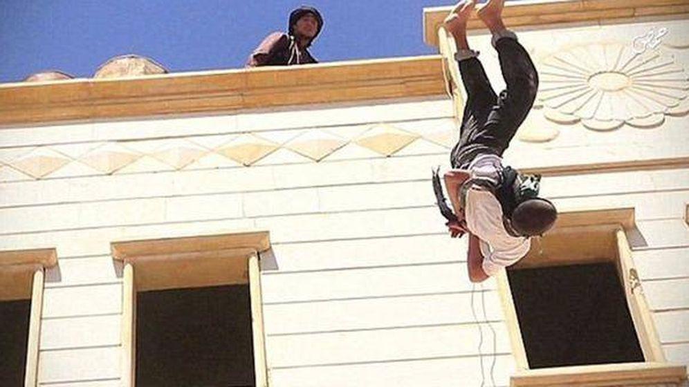 Foto: Un adolescente de 15 años, arrojado desde una azotea por ser homosexual. (Al Jazeera)