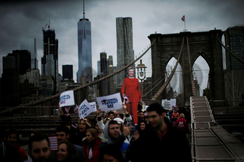 Foto: Votantes de Clinton marchan por el puente de Brooklyn, en Nueva York, el 22 de octubre de 2016. (Reuters)