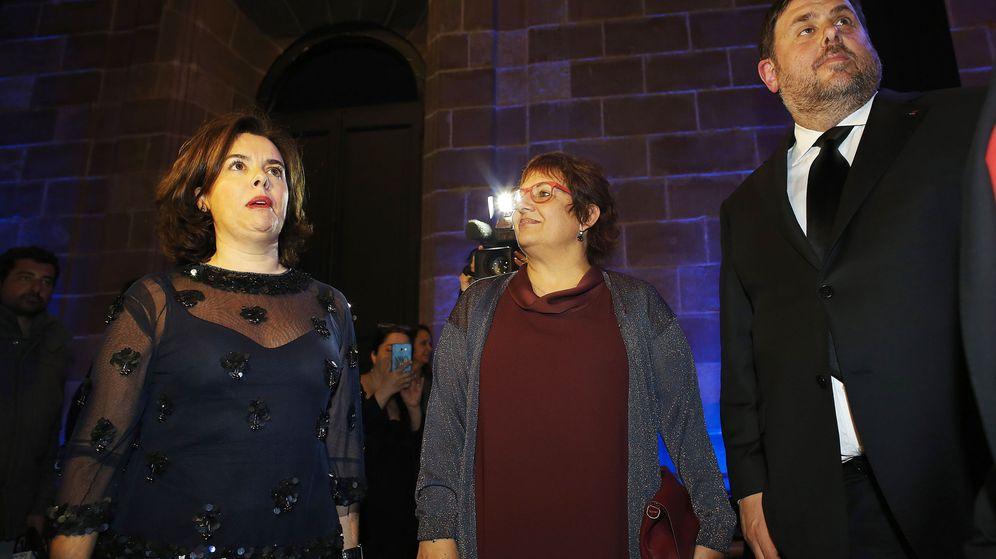 Foto: La vicepresidenta del Gobierno, Soraya Sáenz de Santarmía, junto al vicepresidente catalán y conseller de Economía, Oriol Junqueras, y la consellera de Trabajo, Dolors Bassa. (Efe)