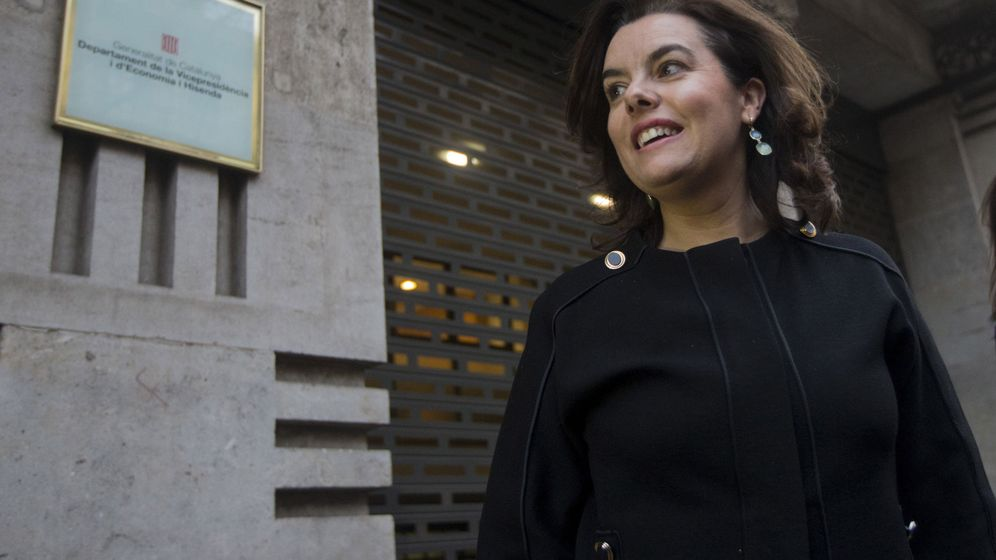 Foto: La vicepresidenta del Gobierno, Soraya Sáenz de Santamaría, en la sede de la 'conselleria' de Economía de la Generalitat. (EFE)